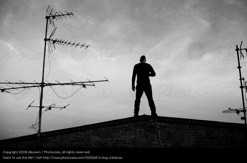 133028-stock-photo-hombre-cielo-blanco-negro-nubes-espalda.jpg