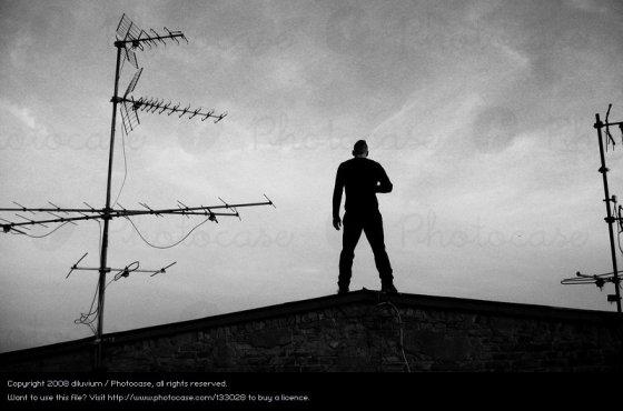 133028-stock-photo-hombre-cielo-blanco-negro-nubes-espalda